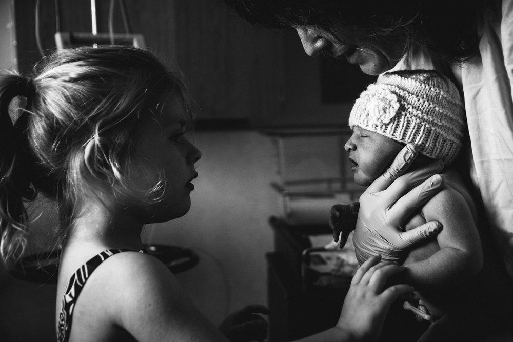 photo-de-nouveau-ne-a-l-hopital-fresh-48_photographie-noir-et-blanc-photographe-de-famille-lifestyle-enfant-montreal-27.jpg
