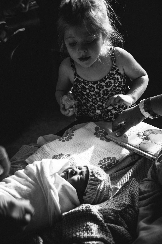 photo-de-nouveau-ne-a-l-hopital-fresh-48_photographie-noir-et-blanc-photographe-de-famille-lifestyle-enfant-montreal-32.jpg