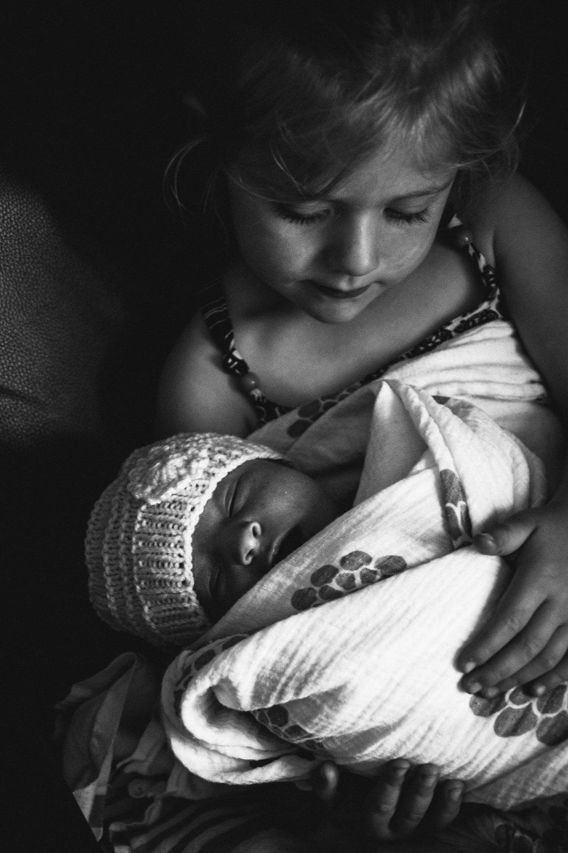 photo-de-nouveau-ne-a-l-hopital-fresh-48_photographie-noir-et-blanc-photographe-de-famille-lifestyle-enfant-montreal-34.jpg