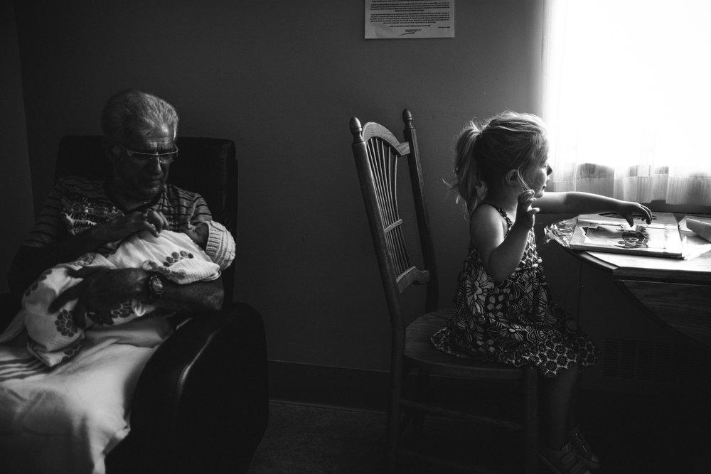 photo-de-nouveau-ne-a-l-hopital-fresh-48_photographie-noir-et-blanc-photographe-de-famille-lifestyle-enfant-montreal-38.jpg