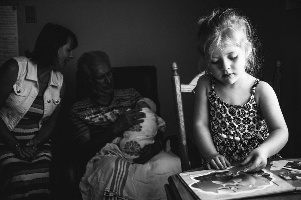 photo-de-nouveau-ne-a-l-hopital-fresh-48_photographie-noir-et-blanc-photographe-de-famille-lifestyle-enfant-montreal-39.jpg