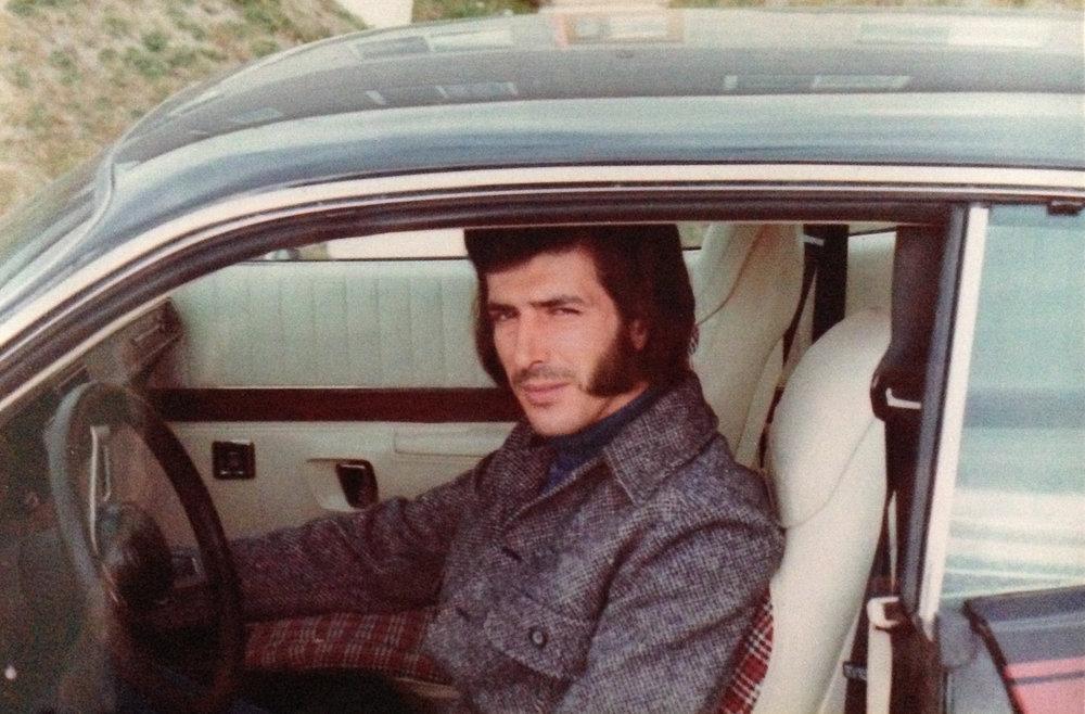 2-portrait-d-un-homme-a-favori-dans-une-voiture.jpg