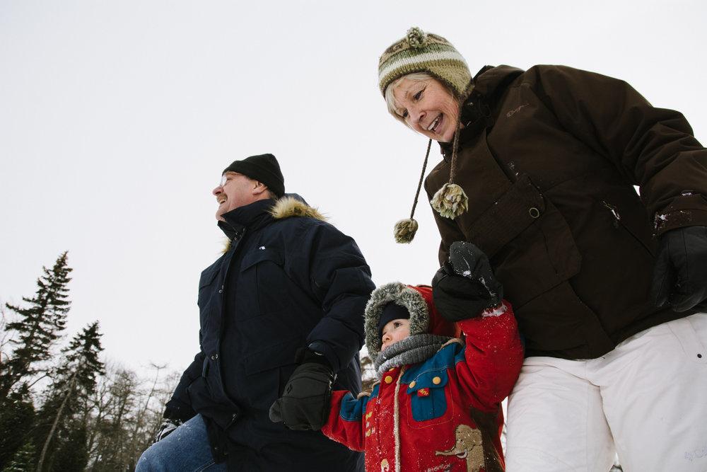 photo-de-grands-parents-avec-un-enfant-l-hiver-a-montreal-photographe-enfant-famille-montreal.jpg