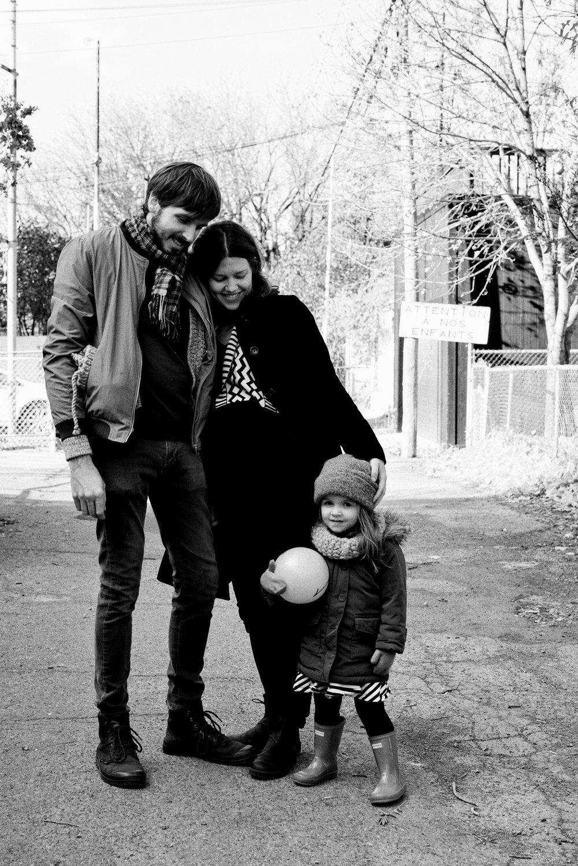 À chaque fois, quel bonheur ce fût de découvrir les magnifiques photos de Marianne!Que ce soit lors des grandes occasions - anniversaires, mariage, nouveau-né - et les plus petites - ces matins du quotidien, visites au parc, bbq estivaux - on avait oublié la présence de la photographe, mais on n'oublie jamais les clichés qu'elle en tire! - - Simon