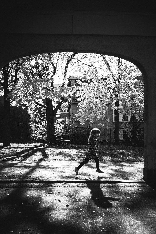 photo-d-une-famille-montrealaise-heureuse-en-atuomne-a-outremont-photographe-enfant-montreal-12.jpg
