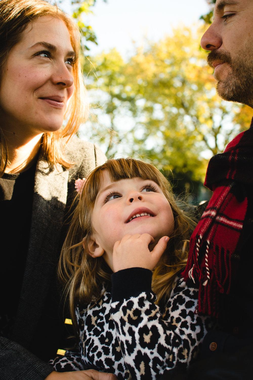 photo-d-une-famille-montrealaise-heureuse-en-atuomne-a-outremont-photographe-enfant-montreal-11.jpg