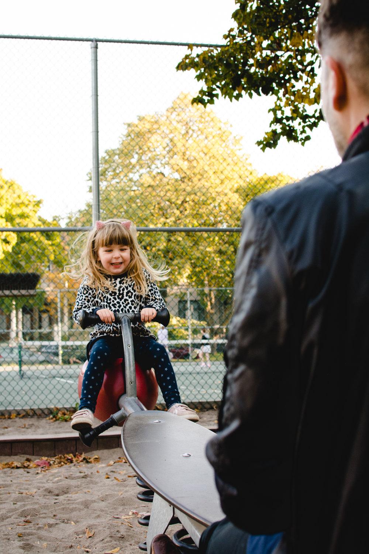 photo-d-une-famille-montrealaise-heureuse-en-atuomne-a-outremont-photographe-enfant-montreal-2-2.jpg