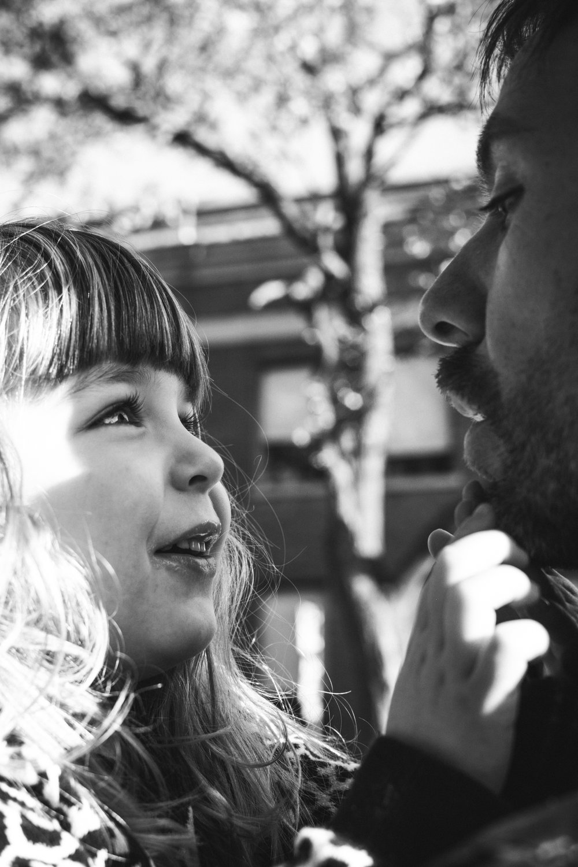 photo-d-une-famille-montrealaise-heureuse-en-atuomne-a-outremont-photographe-enfant-montreal-21.jpg