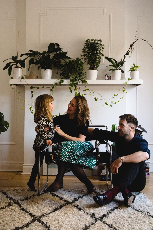 photo-d-une-famille-montrealaise-heureuse-en-atuomne-a-outremont-photographe-enfant-montreal-27.jpg