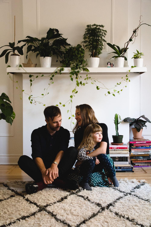 photo-d-une-famille-montrealaise-heureuse-en-atuomne-a-outremont-photographe-enfant-montreal-29.jpg