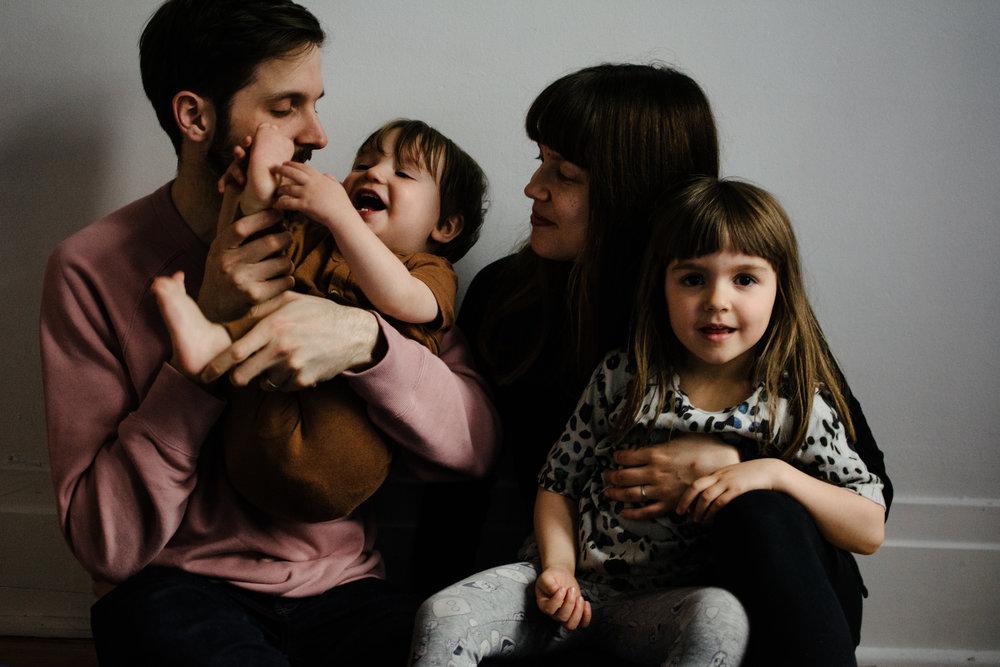 photo-lifestyle-dune-famille-montrealaise-heureuse-photographe-montreal-a-domicile-lumiere-naturelle