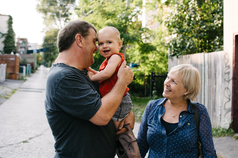 Mini-seance-photo-enfant-avec-ses-grands-parents-ruelle-parc-montreal-photographe-famille-3.jpg
