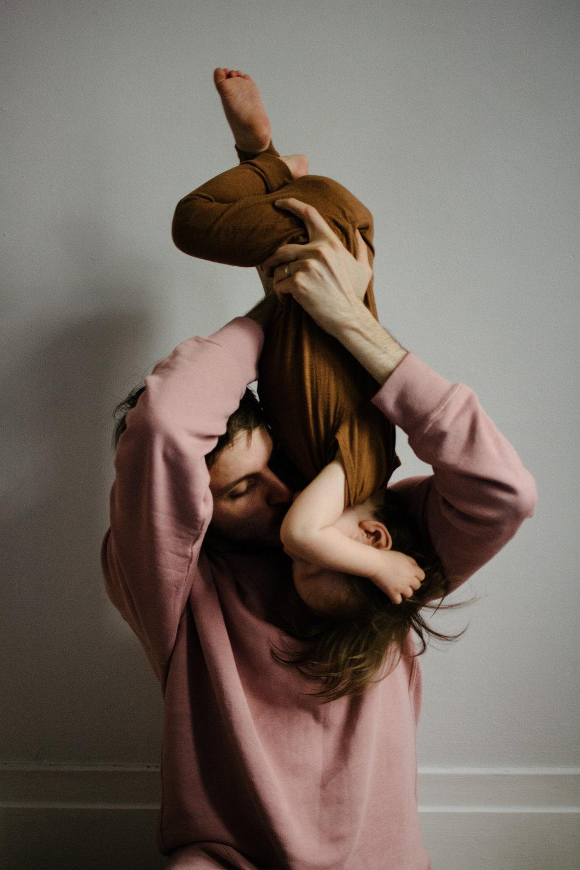 photo-acrobatique-d-un-enfant-qui-se-fait-embrasser-par-son-pere-tete-en-bas-photographe-famille_montreal.jpg