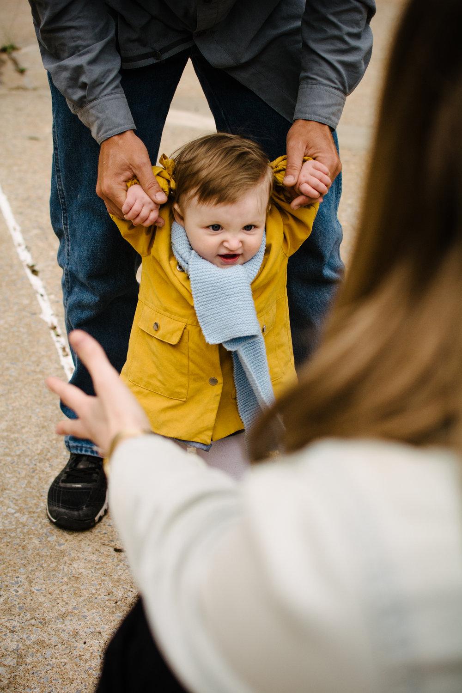 Contexte: séance de photographie familiale avec une enfant de 10 mois.Mon copain et moi n'étions pas trop à l'aise avec l'objectif de la caméra, mais Marianne a vite fait de rendre la chose naturelle. De la chambre à coucher au parc d'à côté, avec une fine connaissance de l'environnement urbain, elle a réalisé des photographies tout à fait magnifiques et sensibles qui nous représentent vraiment.Merci encore! - - Gina