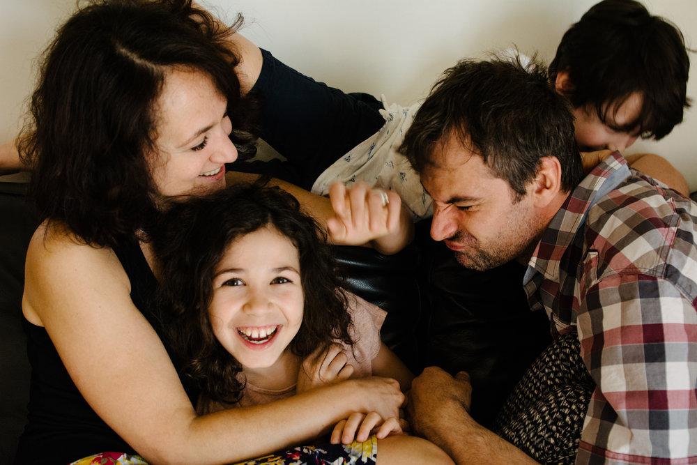 photo-de-famille-mini-seance-dans-une-ruelle-de-lasalle-photographe-lifestyle-montreal-4.jpg