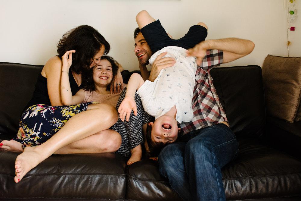 photo-de-famille-mini-seance-dans-une-ruelle-de-lasalle-photographe-lifestyle-montreal-7.jpg