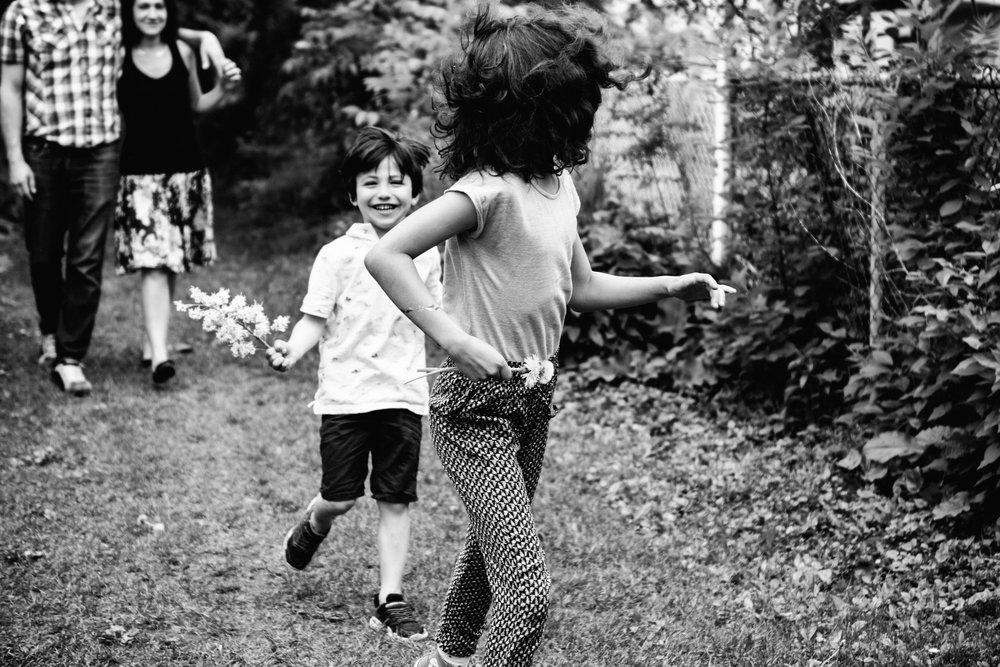 photo-de-famille-mini-seance-dans-une-ruelle-de-lasalle-photographe-lifestyle-montreal-74.jpg
