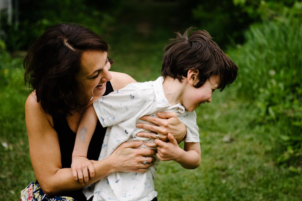 photo-de-famille-mini-seance-dans-une-ruelle-de-lasalle-photographe-lifestyle-montreal-128.jpg