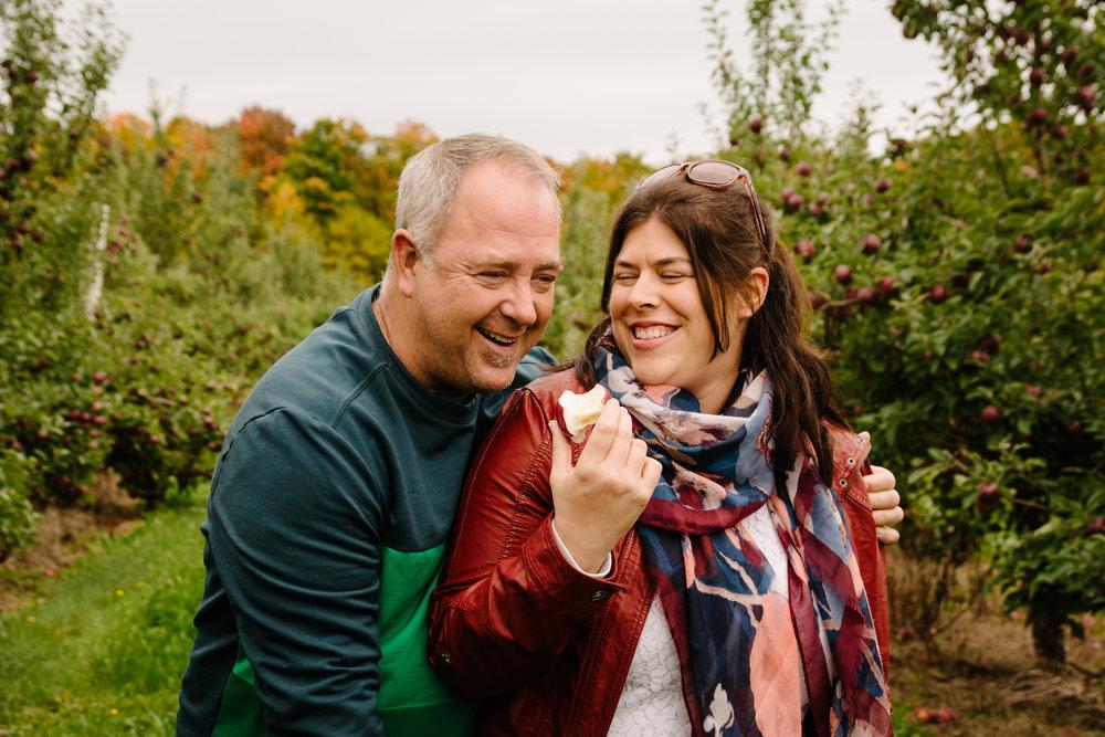 mini-seance-famille-elargie-aux-pommes-verger-des-bois-francs-plessisville-photographe-famille-victoriaville-montreal-13.jpg