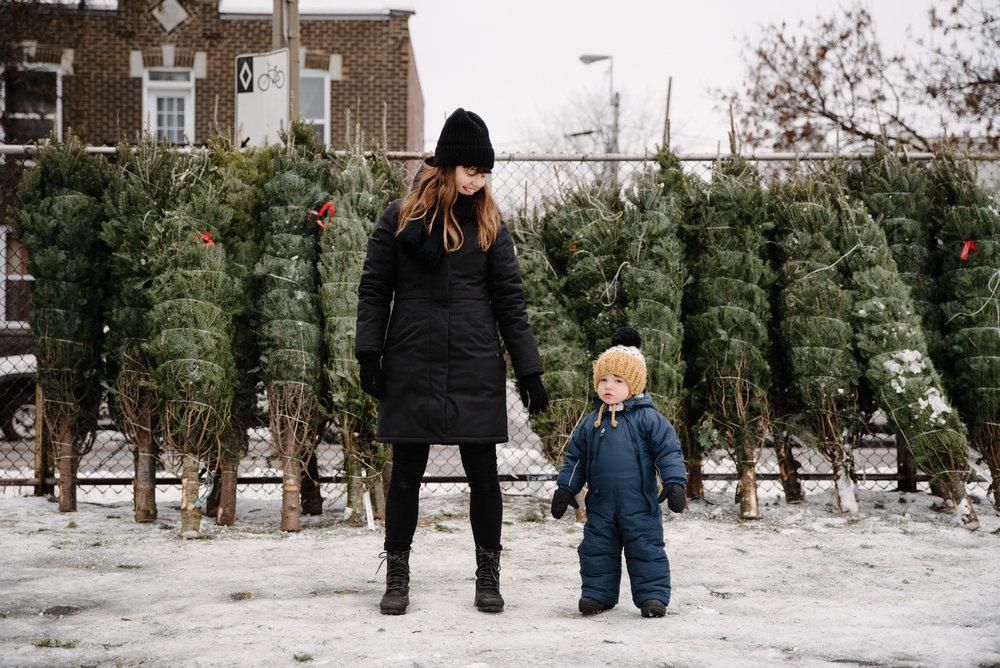 photo-d-un-bambin-de-sa-mere-devant-une-rangee-de-sapins-de-noel-enveloppes-photographe-lifestyle-de-famille-a-montreal-063.jpg