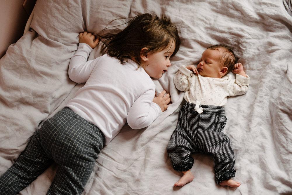 003-photo-grande-soeur-avec-son-petit-frere-nouveau-ne-photographe-lifestyle-bebe-enfant-famille-a-montreal-0376.jpg