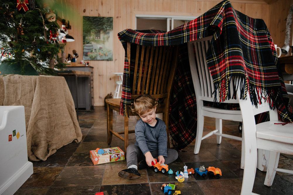 023_photo-d-un-enfant-qui-joue-dans-une-cabane-faite-de-couvertures-photographe-lifestyle-famille-enfant-a-montreal-023.jpg