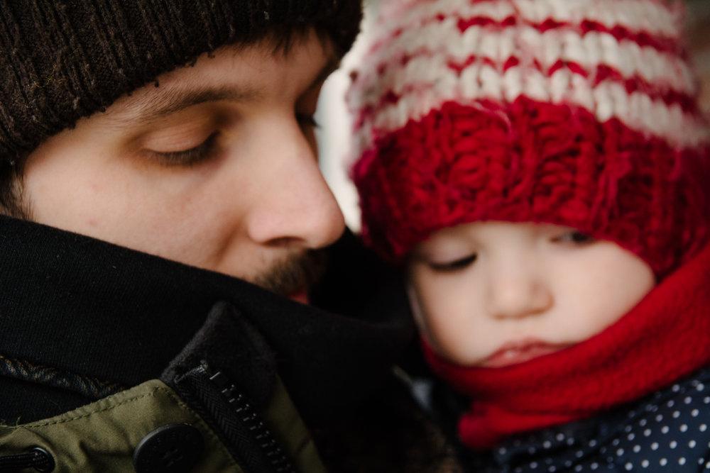 photo-portrait-dun-pere-et-son-fils-emmitouffles-pour-sortir-dehors-lhiver-photographe-famille-lifestyle-a-montreal-125.jpg