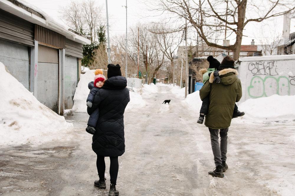 photo-dune-famille-montrealaise-dans-une-ruelle-de-rosemont-l-hiver-photographe-famille-lifestyle-a-montreal-129.jpg
