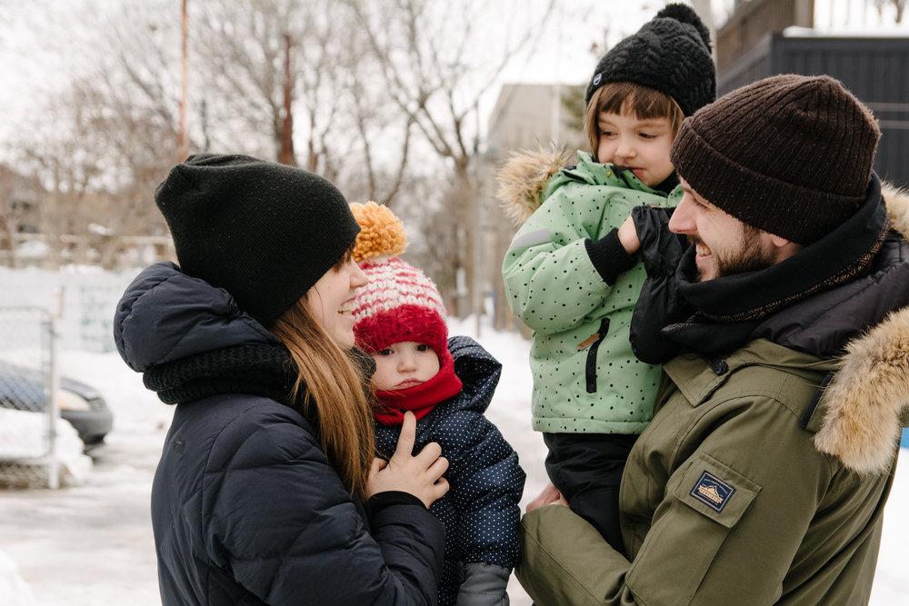 photo-dune-famille-montrealaise-dans-une-ruelle-de-rosemont-l-hiver-photographe-famille-lifestyle-a-montreal-136.jpg
