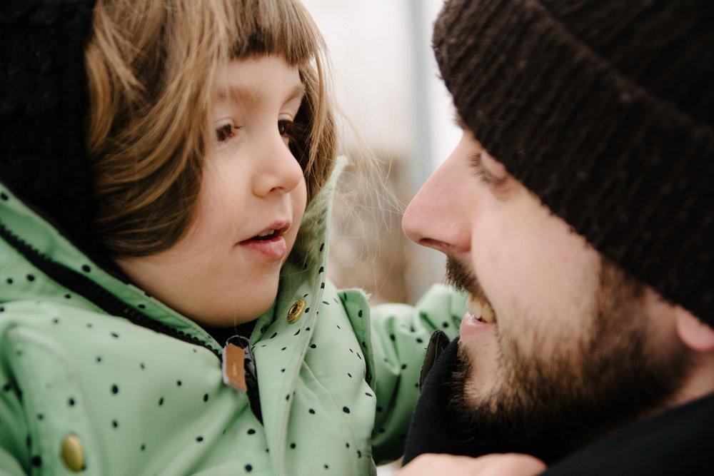 photo-d-un-papa-et-sa-grande-fille-l-hiver-photographe-famille-lifestyle-a-montreal-161.jpg