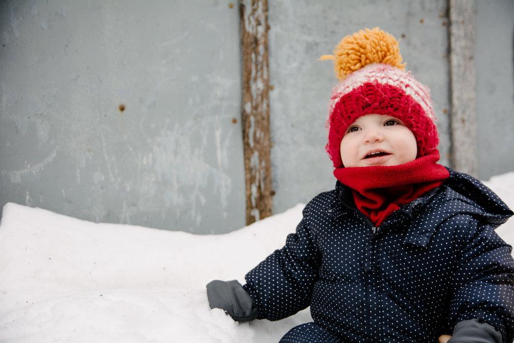 photo-d-un-bebe-assis-dans-la-neige-dans-une-ruelle-de-rosemont-l-hiver-photographe-famille-lifestyle-a-montreal-165.jpg