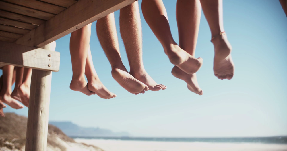 legs-of-friends-sitting-on-a-beach-boardwalk-together_rxo-vtvzx_thumbnail-full01.png