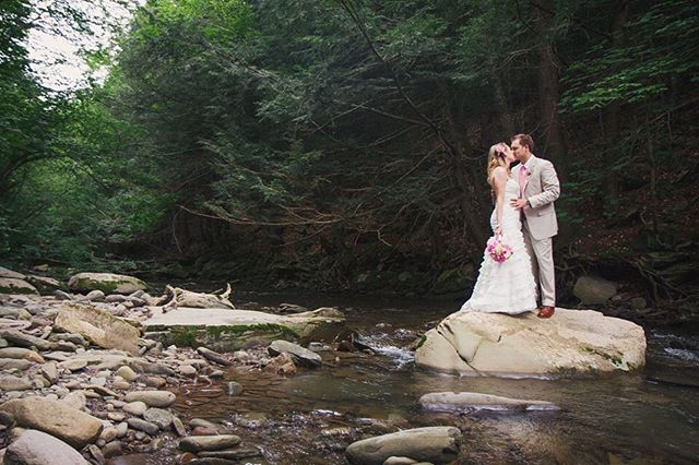 Couples who are down to wade through streams in their wedding best 🙌🏼