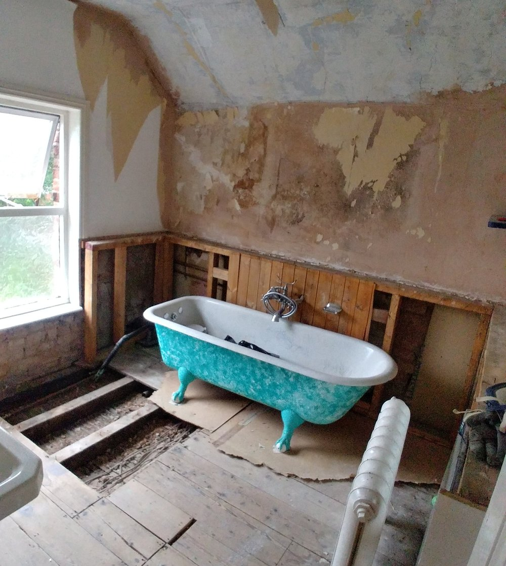 Removing the panelling. Also, the bath is basically resting on rotten chipboard, yippee.