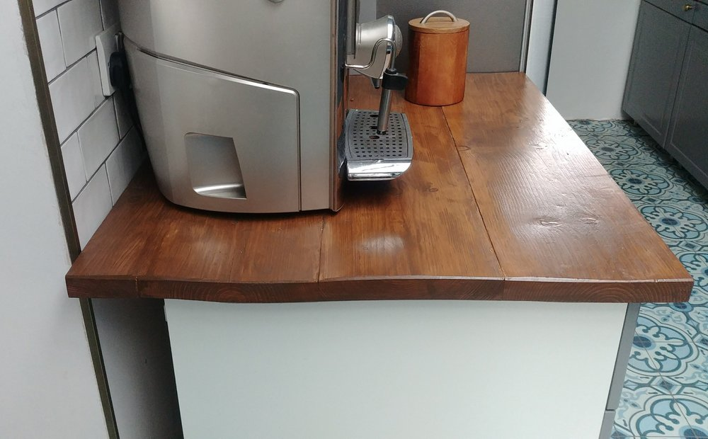 We used a couple of the more bowed boards on this little worktop on the left of the main kitchen, which we use as a coffee-making station. It doesn't matter that the boards aren't flat in this part of the worktop as it's only for occasional use. I also like the look of them :-)