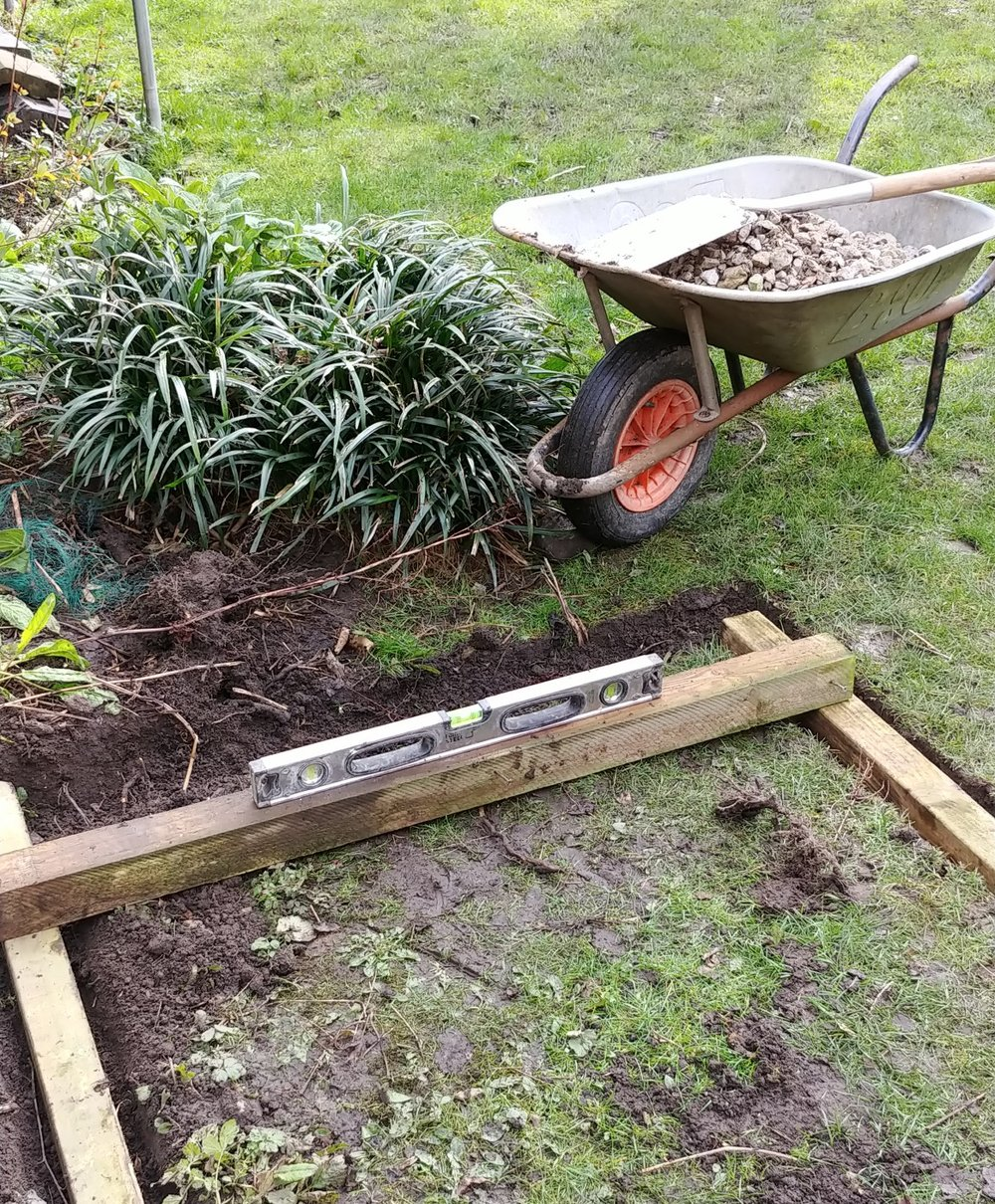 Levelling the raised beds from one side to another. Perhaps a slightly rudimentary approach :-) but good enough for our purposes.