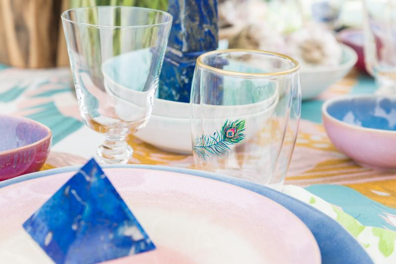1. Antes de poner la mesa, ten en cuenta el estilo de tu comedor. Elige aquellos colores que complementen o acentúen el espacio. Trata de que los adornos de la mesa armonicen con el resto de la habitación. Si tienes un salón de techos altos, puedes colocar unos candelabros altos, por ejemplo, o si no hay suficiente luz natural, puedes mejorar el efecto glam con unos espejos. -