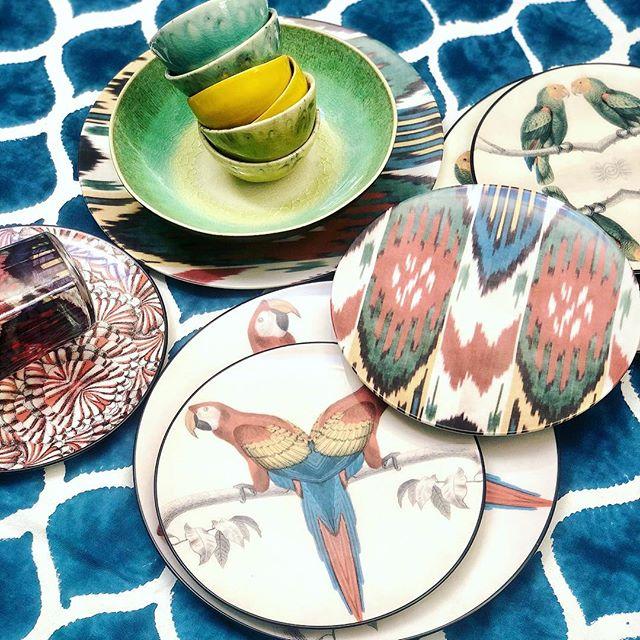 Por que una mesa divertida es el marco perfecto para cualquier reunión de amigos 🐸  #pinson #pinsonliving #mesaspinson #mesasbonitas #lartdelatable #tabledecor #tablesetting #platos #vajillas #loza #regalos #manteles #manteleria #regalosdeboda #dinnerware #pottery #gres #mesaspinson #tienespinson #artdelatable #decoracion #deco #vajilla #slowdeco #sorteo #sorteovajilla #sorteopinson #handmade #artesania #handcrafted