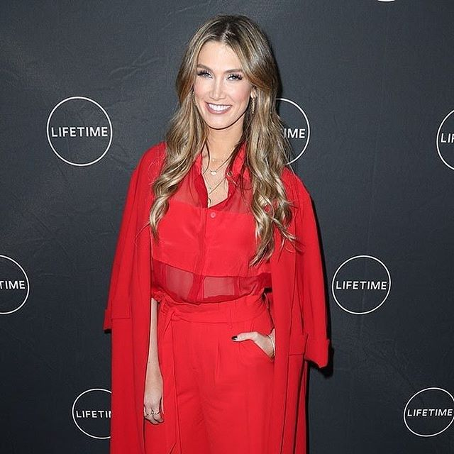 Beautiful #hellodarlingmuse  @deltagoodrem at yesterday's press junket for @lifetimetv #olivianewtonjohnmovie  Hair and makeup by @glennnutley for the #hellodarlingartteam  Styling by @milkaprica  #deltagoodrem 💃🏼❤️❤️❤️❤️