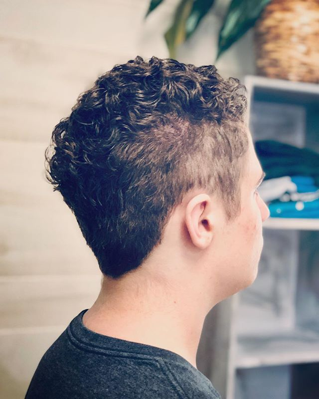 Let's hear it for the curls 🙌🏼 I love it when clients embrace their natural hair texture, which is really not easy to do with the wrong haircut. Curly-haired clients know this all too well. The trick is to mindfully cut the hair to give it shape without losing texture. It's a great feeling to see someone light up from something as simple as a haircut 💫