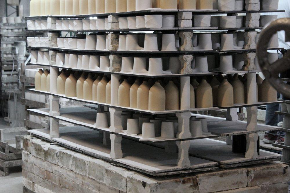 剛燒製完成的CASA水氧機陶瓷殼、ARCHI 單把茶杯與WAVE 咖啡雙層濾杯