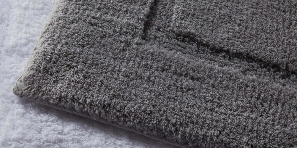 Dark grey bathroom rug detrail