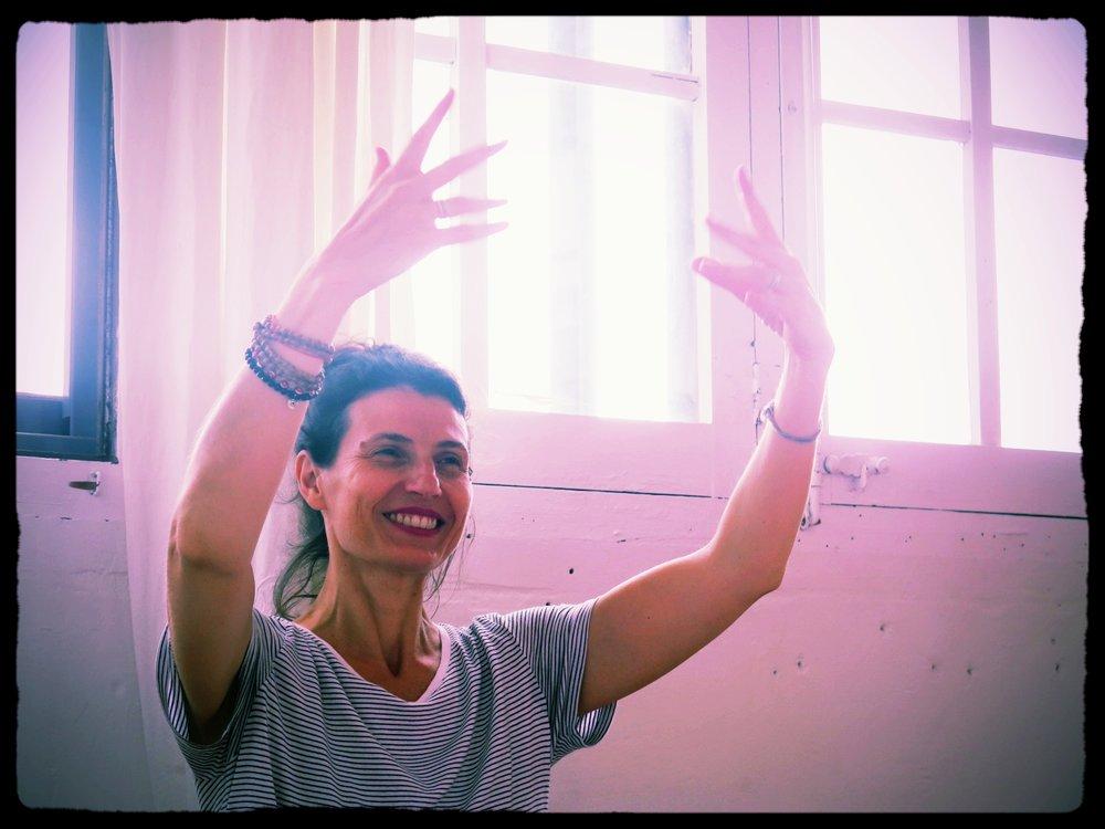 Juliette Allard-Campbell - Soy mamá (mi hija tiene 24 años), doula y fundadora de Yoga con Gracia. Me formé como doula profesora de Hatha y Kundalini además de yoga pre-post natal, viajando por el mundo: Canadá (Mère et Monde, formación de doula reconocida desde hace más de 20 años en Montréal), Francia (formación de doula con Michel Odent y Liliana Lammers) y Estados Unidos (formación de ayudante de comadrona en The Farm con Ina May Gaskin; formación de doula en Dona International con Debra Pascali Bonaro y Anna Verwaal; formación de yoga prenatal con Gurmukh, creadora del método Khalsa Way), y también soy guía Birthlight (suave hatha prenatal).