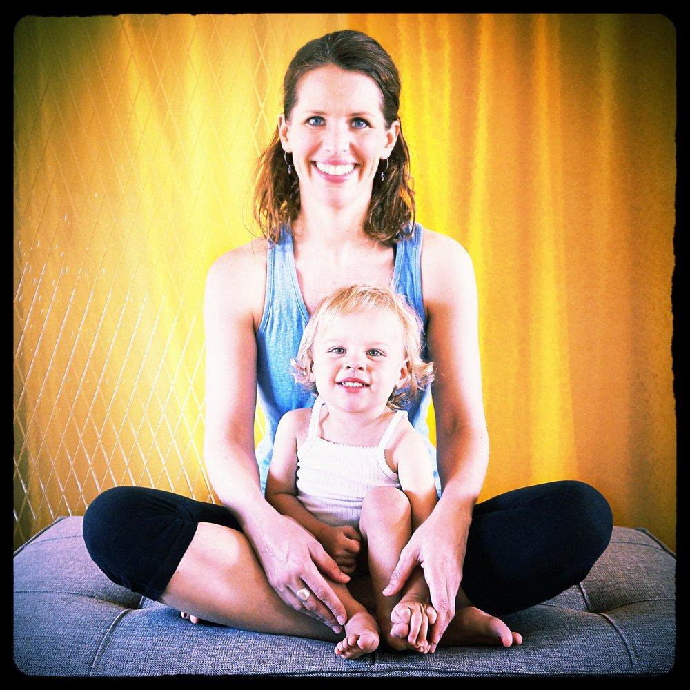Anneloes van Bokhorst - Después de años viajando y viviendo en varios países, fue en 2009 que a través del yoga empecé a enraizarme en Barcelona. Me encantaba con todo lo que aprendía, y después de formarme en 2012 empecé a dar clases como profesora de Hatha Vinyasa yoga, un estilo dinámico, de movimientos fluidos sincronizados con la respiración.Hoy soy madre de Nina, alegre y feliz por la experiencia de haber vivido su nacimiento consciente muy natural. Tuve la oportunidad de recibir las enseñanzas de Juliette en mi embarazo y seguí su formación pre y post-natal, y ahora estoy encantada de poder compartir estos conocimientos y mi manera de sentir el yoga en el embarazo y el postparto.