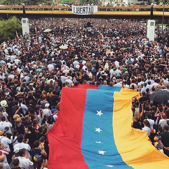Un día más de lucha de nuestro pueblo y de nuestra gente. Se acerca el final de un capítulo y finalmente, se respiran aires de Libertad! Será muy bonito lo que está por venir! Arriba #Venezuela! 🇻🇪🙏🏼