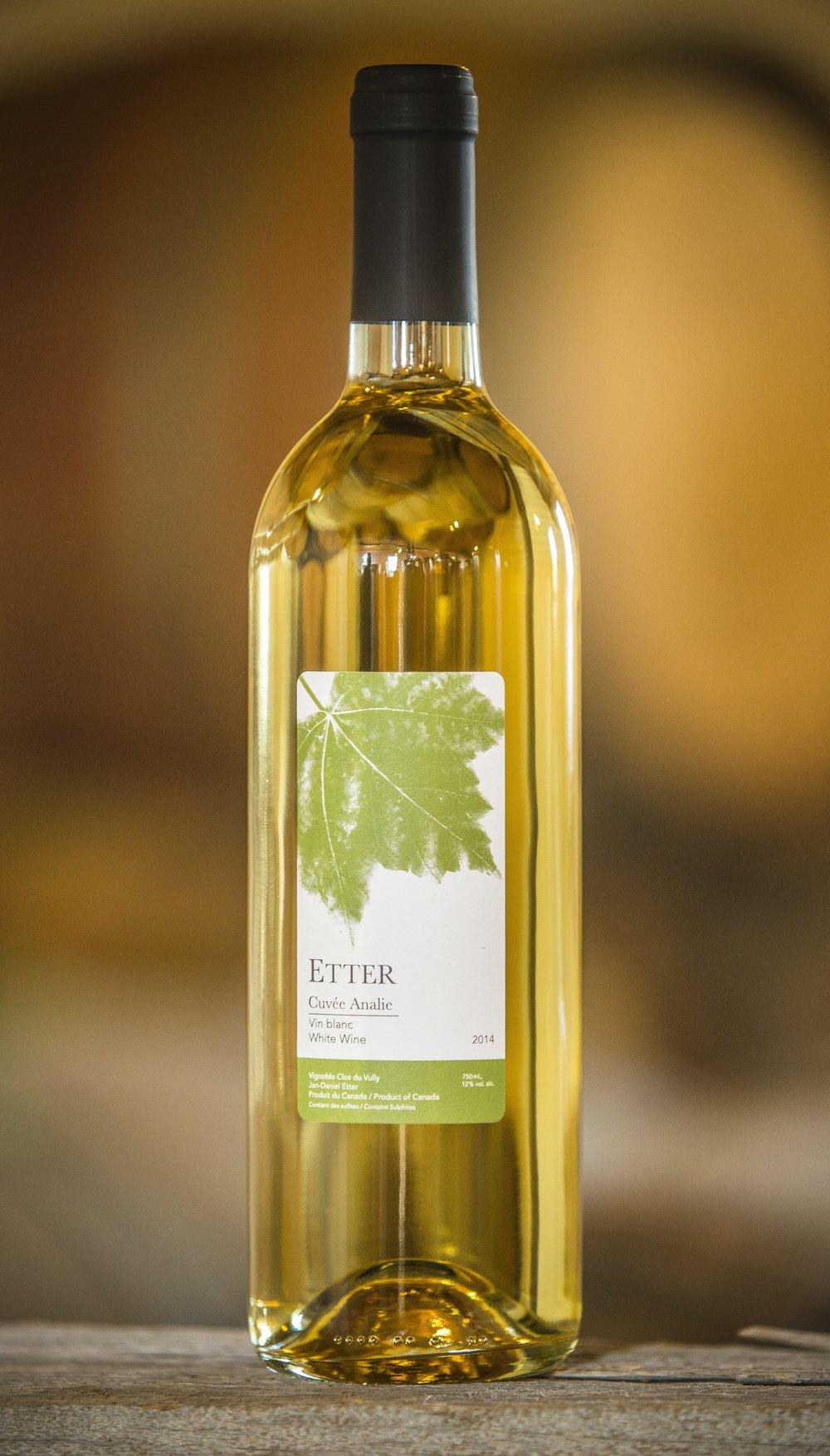 Cuvée Analie - · 32% Chardonnay, 30% Vidal, 30% Frontenac Blanc, 8% Riesling· En barriques pour 6 mois· Arômes de pamplemousse, pommes et chêne.