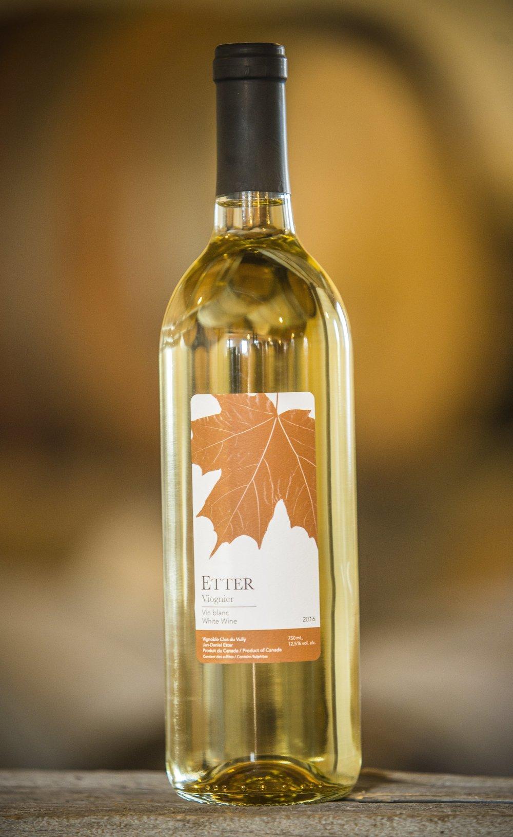 Viognier - · 100% Viognier (Raisins de Niagara)· Fermenté en barriques, puis vieilli 3 mois en barrique· Nez de fleurs blanches· Acidité basse – arômes de pêches et abricot