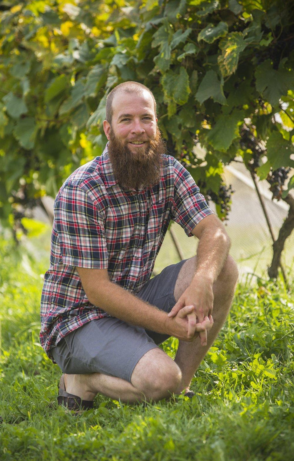 Vinificateur / Vigneron - Jan-Daniel Etter - Il a été élevé sur une ferme laitière à Sarsfield. De 2005 à 2011, il a effectué des séjours au Vully en Suisse pour travailler au vignoble familial avec son cousin et son oncle. Il a pu apprendre la base de la viticulture et l'élaboration des vins.De retour au Canada, il débuta une collaboration avec le propriétaire du Domaine Perrault, Denis Perrault et son vinificateur Bernard Martineau. À l'aide de leurs conseils et connaissances, Jan-Daniel a réussi à produire des vins artisanaux de haute qualité.