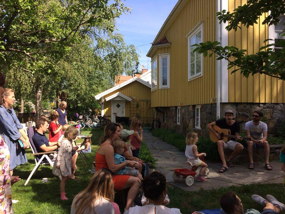Mattias och Niklas sjöng Biblioteks jinglet och andra barnlåtar