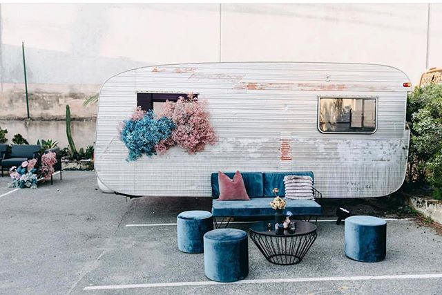 Perth's @feldandco is an epic creative space which oozes car park chic meets Palm Springs 🌴🏁. This stunning venue is complete with coloured coordinated aqua blue and dusty pink luxe velvet couch from @hiresociety and blooms by @sir_botanical. 📷@ridhwaanmoolla